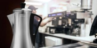 - ماكنة يتوق لصنع القهوة وفنجان قهوة على منضدة في مقهى (Yatooq)
