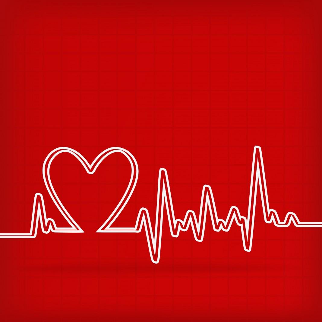 خط أبيض على جهاز لرسم القلب يظهر النبض ويتخذ شكل قلب ((Shutterstock