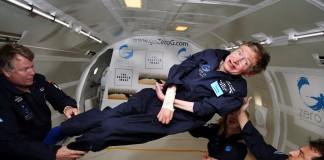 Stephen Hawking, en état d'apesanteur et avec trois autres personnes (© AP Images)
