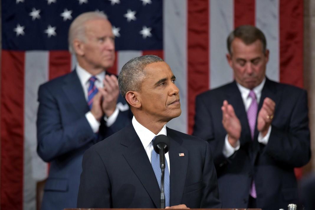 El presidente Obama ante el micrófono, el vicepresidente Biden y John Boehner tras él (© AP Images)