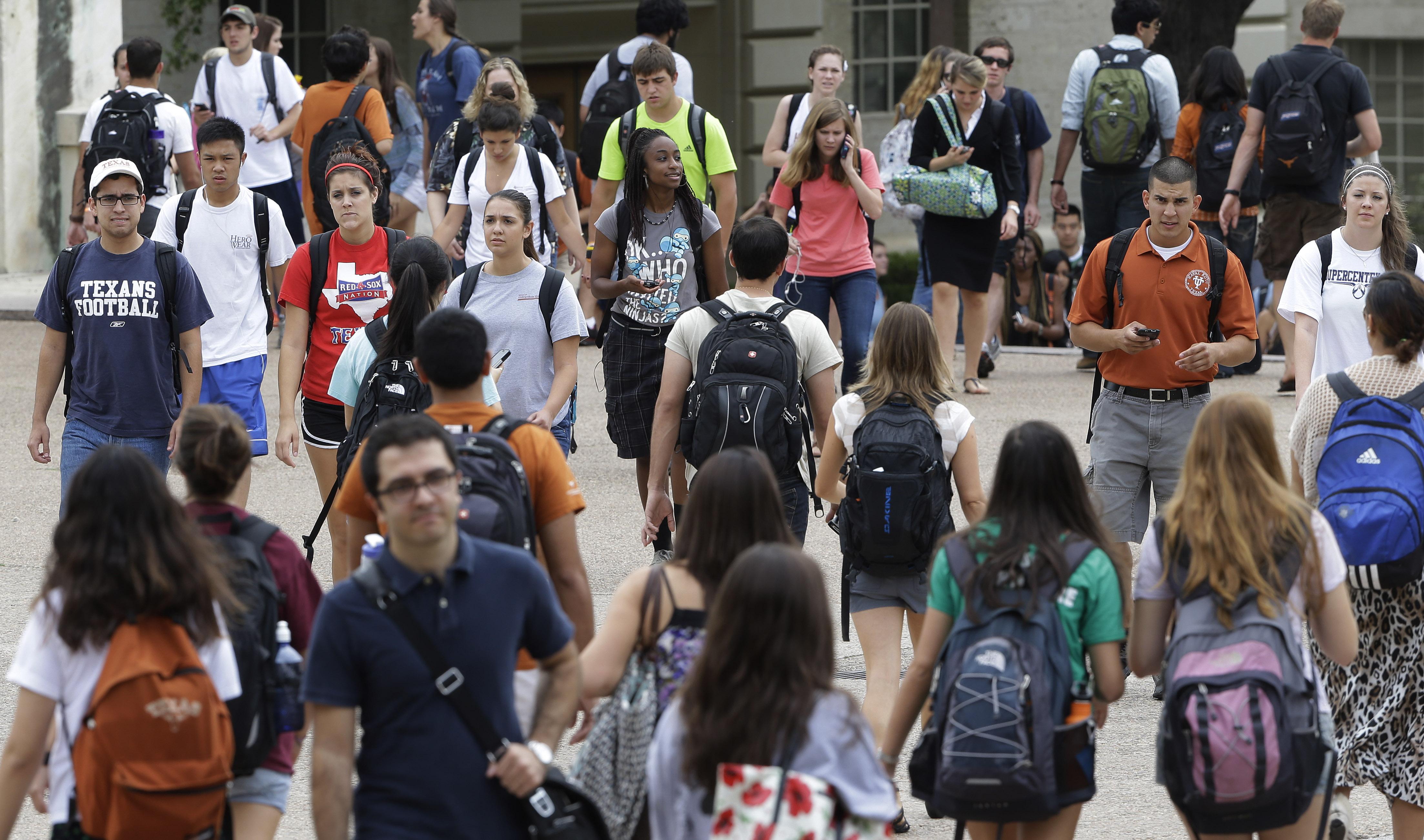 Estudantes no campus (© AP Images)