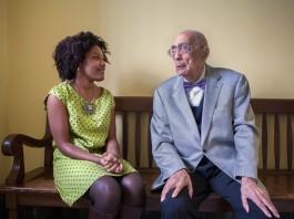 مایا تامپسون و سیمیون بوکر، پیشگام حقوق مدنی، روی یک نیمکت نشسته اند (د. ا. پیترسون)