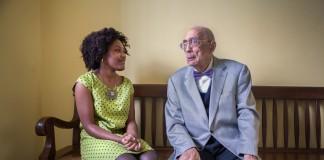 Assis sur un banc, Maya Thompson et Simeon Booker discutent (D. A. Peterson)