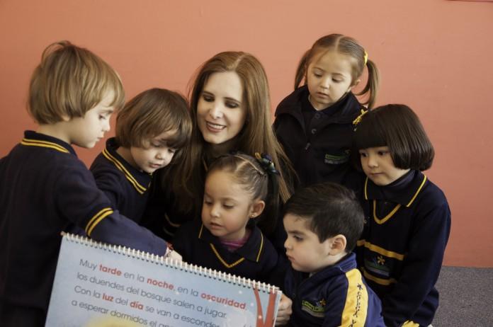 Elisa Guerra Cruz con un grupo de niños (Foto cedida por el Colegio Valle de Filadelfia)