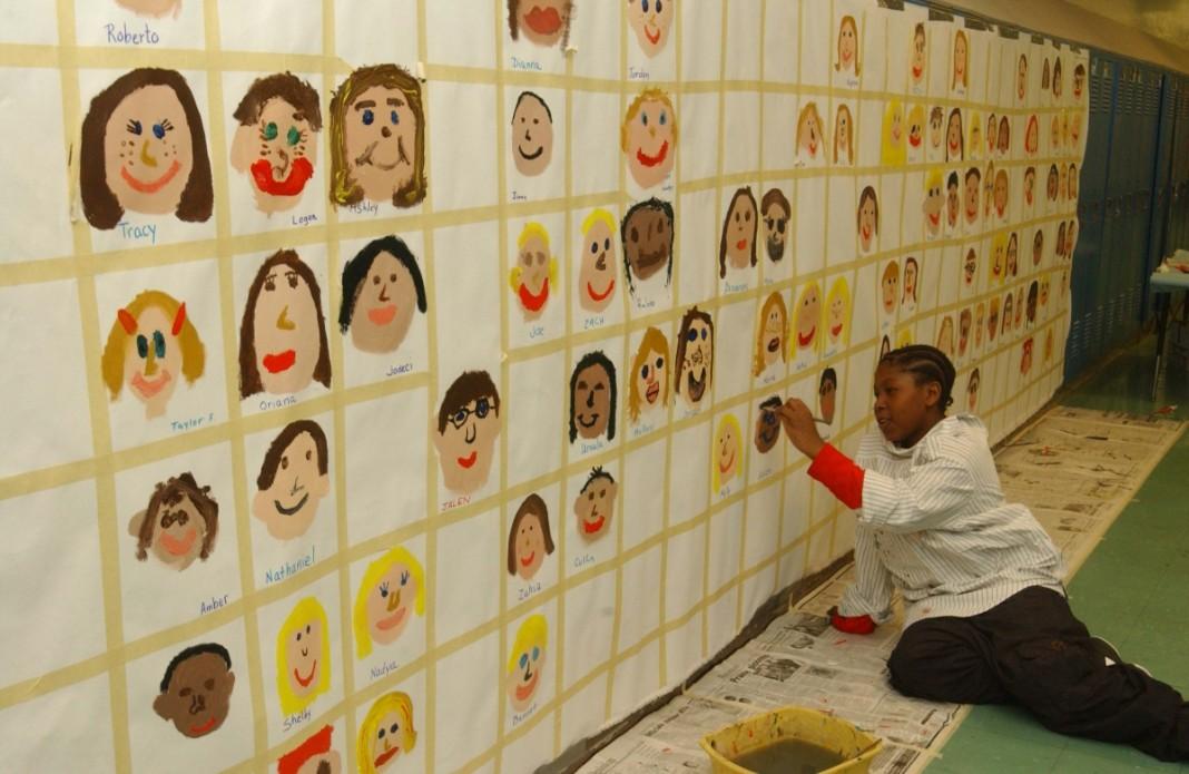 یک دانش آموز صورت خود را روی دیوار نقاشی می کند. (عکس از آسوشیتدپرس)