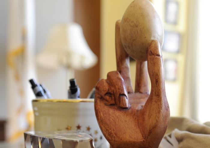 Statue en bois d'une main tenant un œuf. (© AP Images)