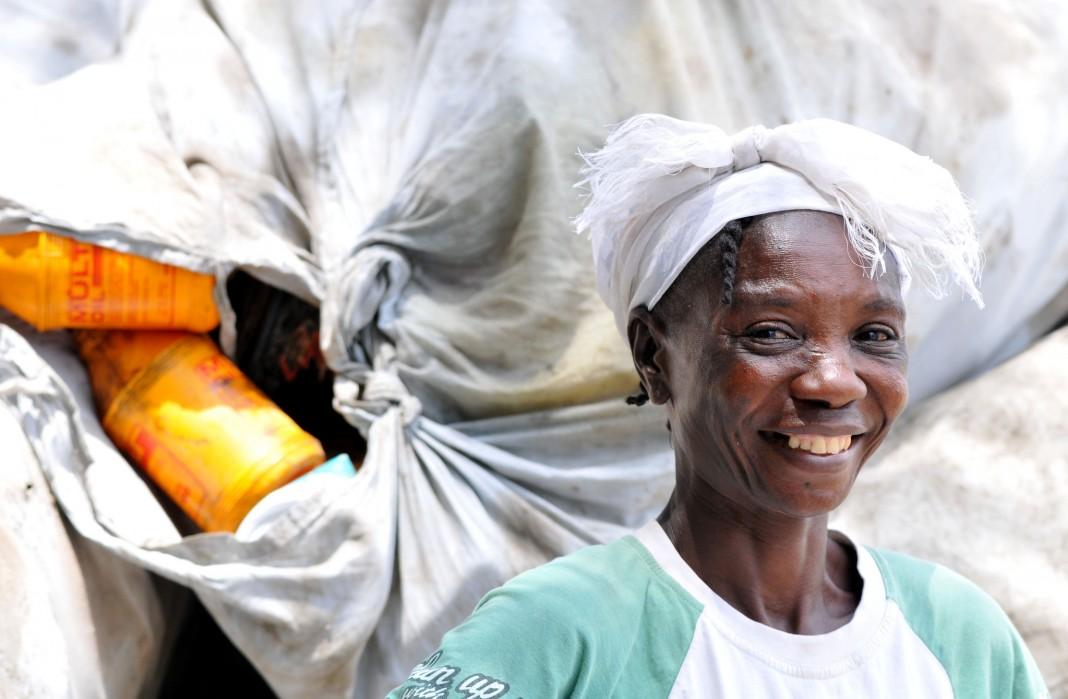 Trabajadora de la industria del reciclaje (USAID/Kendra Helmer)