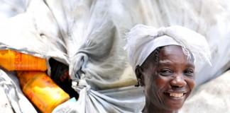 Une femme travaillant dans une entreprise de recyclage (USAID/Kendra Helmer)