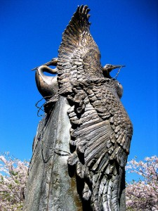Sculpture de deux grues (avec l'autorisation de mj*laflaca/flickr)