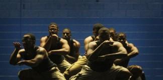 گروهی مرد روی صحنه می رقصند. (عکس از حساب کاربری فلیکر دانشگاه جنوب آرکانزاس)