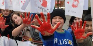 کودکان با دستان قرمز (terre des hommes©)