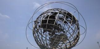 Sculpture représentant un globe terrestre en métal, les lignes de latitude et de longitude visibles (© AP Images)