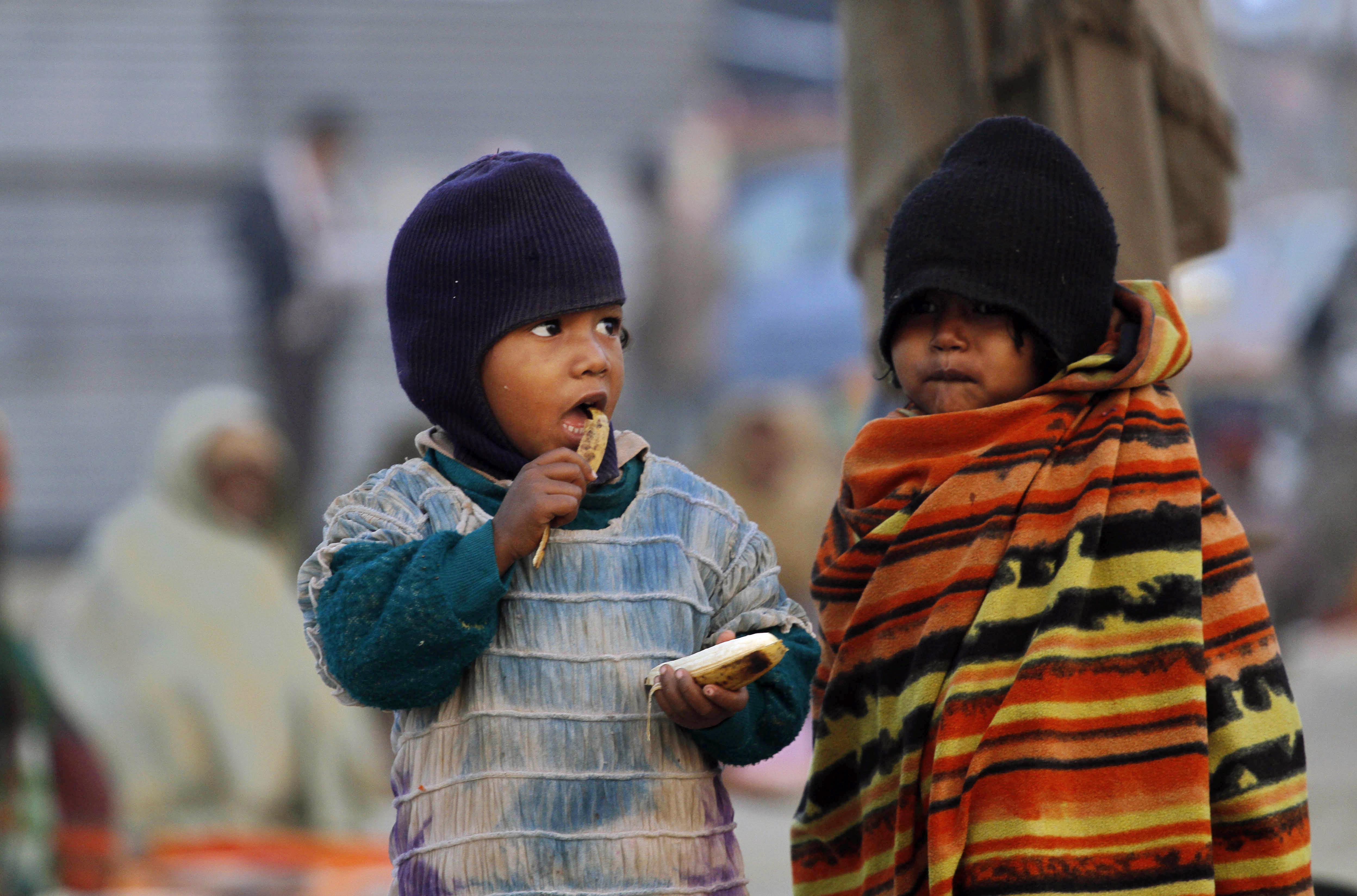 Dos niños comen