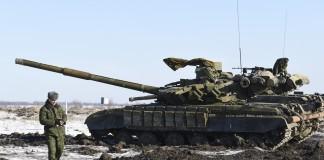 یک جدایی طلب طرفدار روسیه از کنار تانکی در شمال لوهانسک در شرق اوکراین می گذرد. (عکس از آسوشیتد پرس)