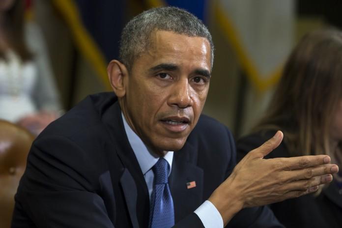Le président Obama en train de parler et faisant un geste de la main (© AP Images)