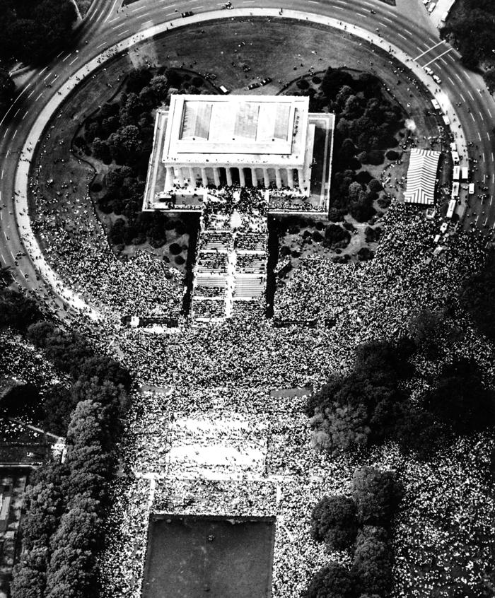 Vista aérea do Memorial Lincoln com uma grande multidão ao seu redor (© AP Images)