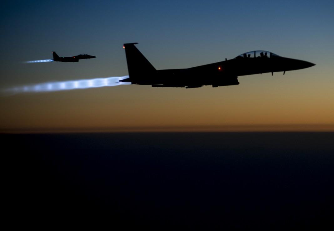 Deux avions de chasse dans le ciel, la nuit (© AP Images)