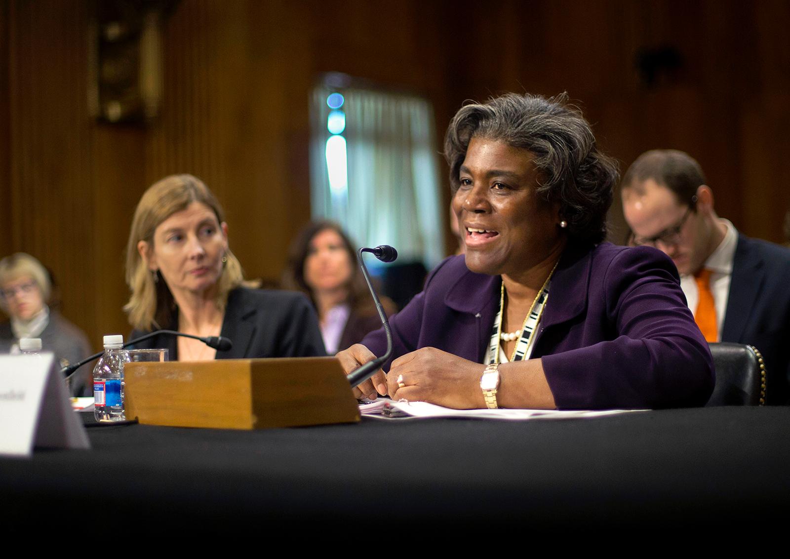 Linda Thomas-Greenfield en train de parler devant un microphone, dans une salle d'audience du Congrès (© AP Images)