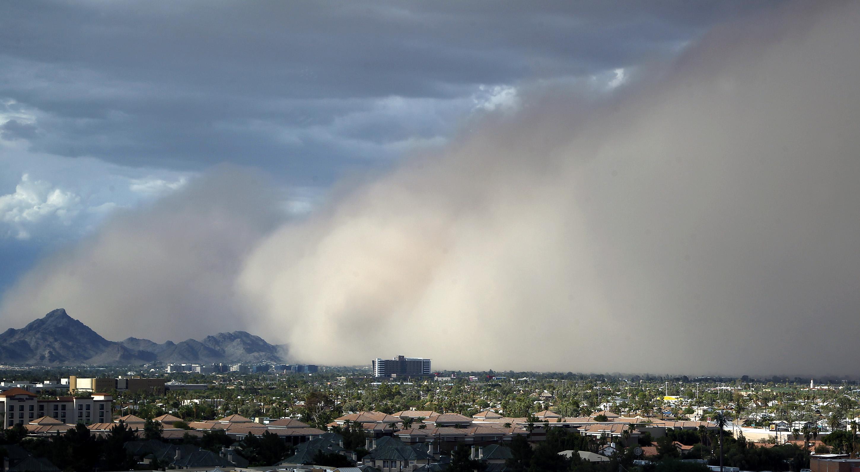 یک توفان بزرگ گرد و غبار در ژوییه 2012 شهر فینیکس در آریزونا را دبر می گیرد (عکس از آسوشیتدپرس)