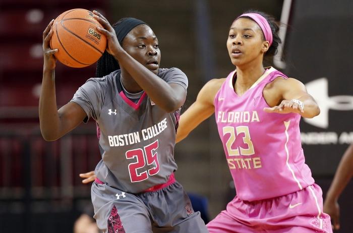 Deux joueuses de basket en action (© AP Images)