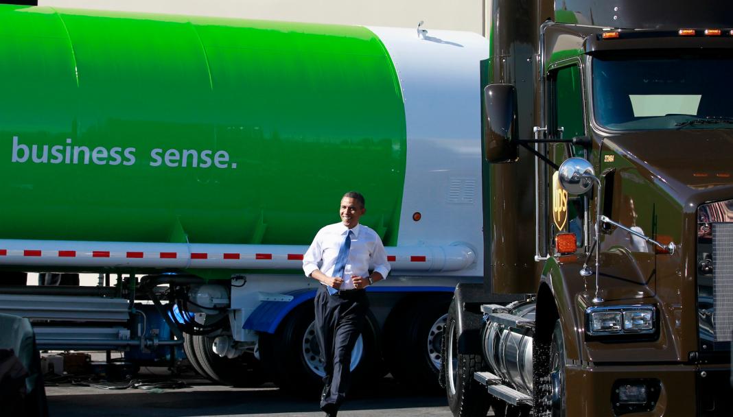پرزیدنت اوباما از کنار کامیون عبور می کند (© تصویر آسوشیتد پرس)
