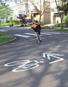 Ciclista dando la vuelta a la esquina en una calle de la ciudad (NACTO Flickr)