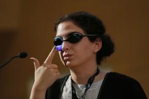 Hind Hobeika montrant les lunettes qu'elle porte (avec l'autorisation de BarcelonaDigital)