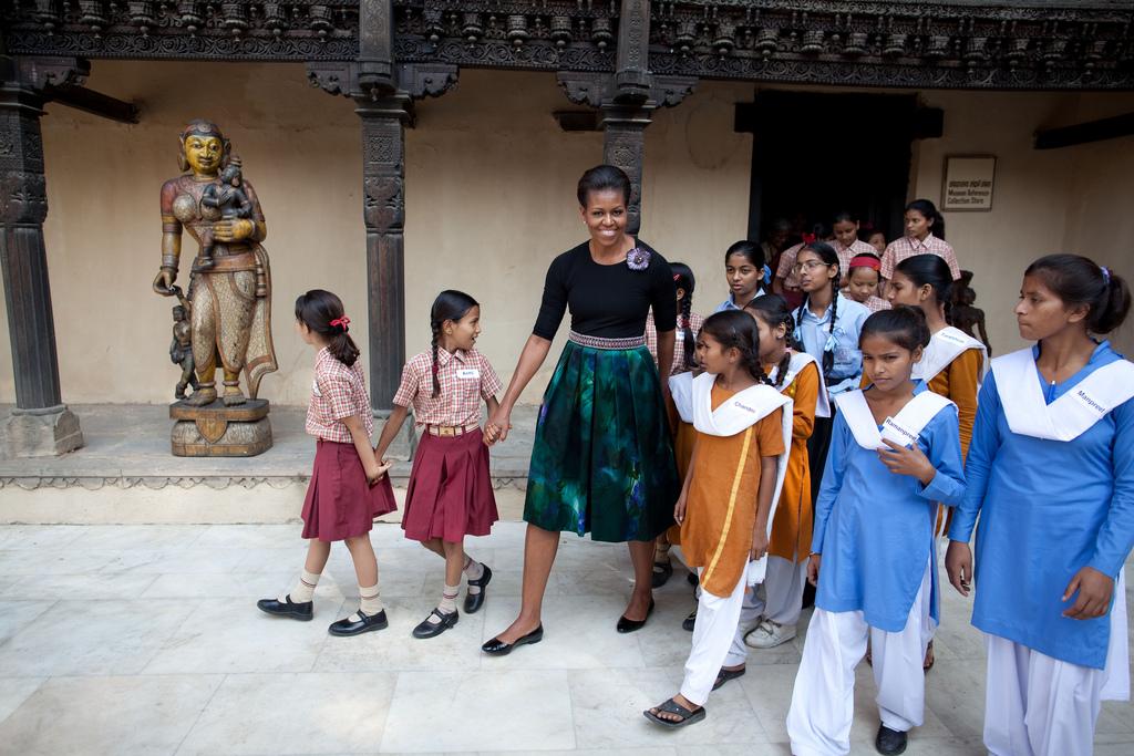 Michelle Obama con niñas en un patio (Foto cedida por la Casa Blanca)