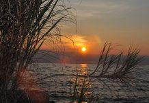 غروب آفتاب در دریاچه نیاسا در موزامبیک (عکس از آژانس توسعه بین المللی ایالات متحده)