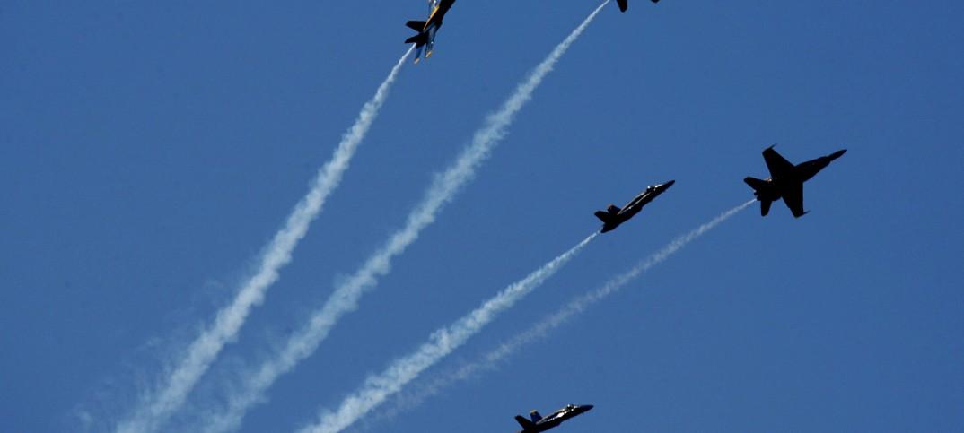 Aviones militares volando en formación con rutas divergentes (© AP Images)