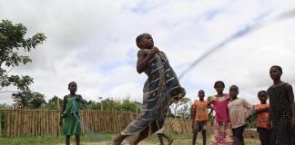 دختران در حال طناب بازی (عکس از آسوشیتدپرس)