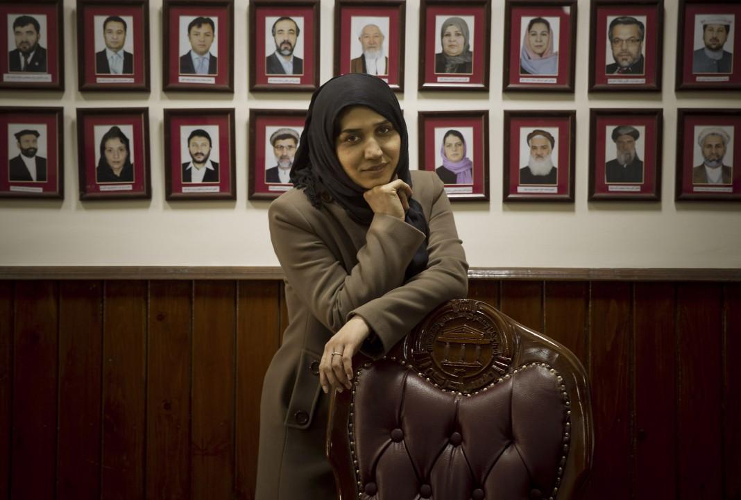 یک زن روی صندلی تکیه داده است. (عکس از آسوشیتدپرس)