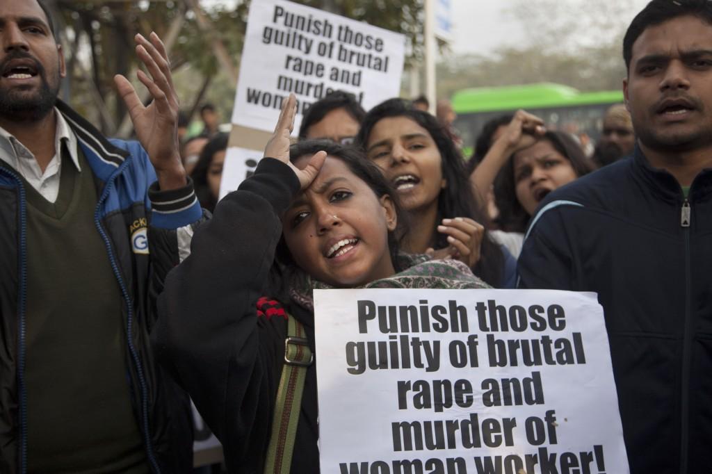 Manifestantes na Índia carregam cartazes (© AP Images)