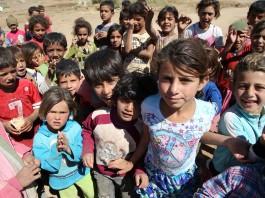 Gros plan sur un groupe de petits réfugiés (© AP Images)