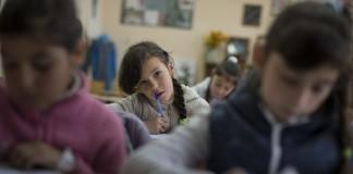 دختری که در کلاس درس نشسته است (عکس از آسوشیتدپرس)