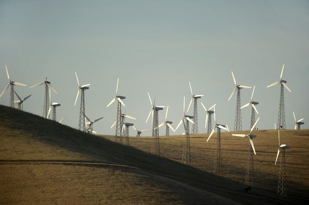 Un champ où sont installées une vingtaine d'éoliennes (© AP Images)