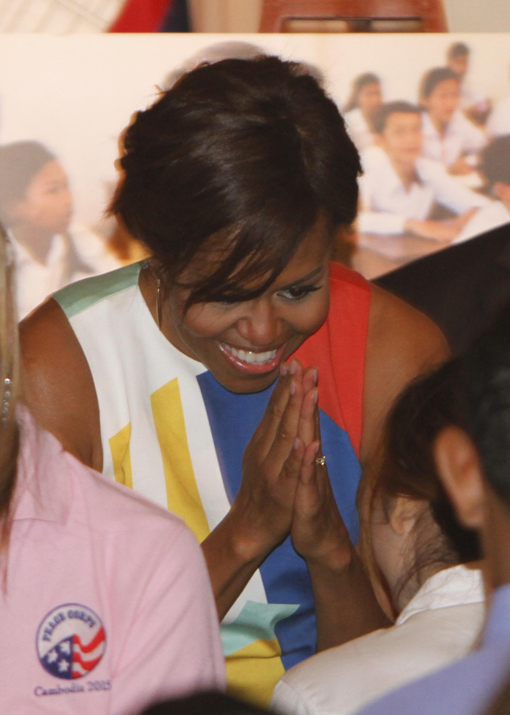 第一夫人问候柬埔寨的和平队志愿人员(© AP Images)