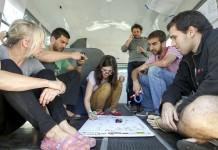 جوانانی که به یک نقاشی نگاه می کنند (عکس از آسوشیتدپرس)
