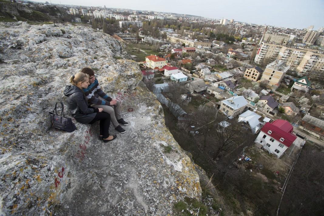 یک زوج جوان روی تپه نشسته اند. (عکس از آسوشیتدپرس)