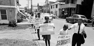 مارتین لوترکینگ جونیور با شماری از اعتراض کنندگان جوان (عکس از آسوشیتدپرس)
