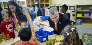 شهردار بلازیو همراه با دانش آموزان در یک کلاس درس (عکس از آسوشیتدپرس)