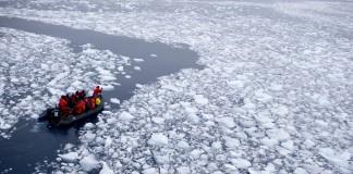 قایقی که در امتداد مسیری تشکیل شده از یخ های شکسته شده دریا حرکت می کند (عکس از آسوشیتدپرس)