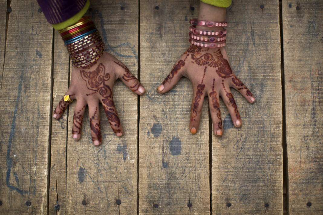 Mãos pintadas de henna (© AP Images)