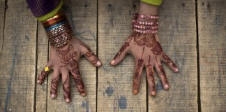 Henna-dyed hands (© AP Images)