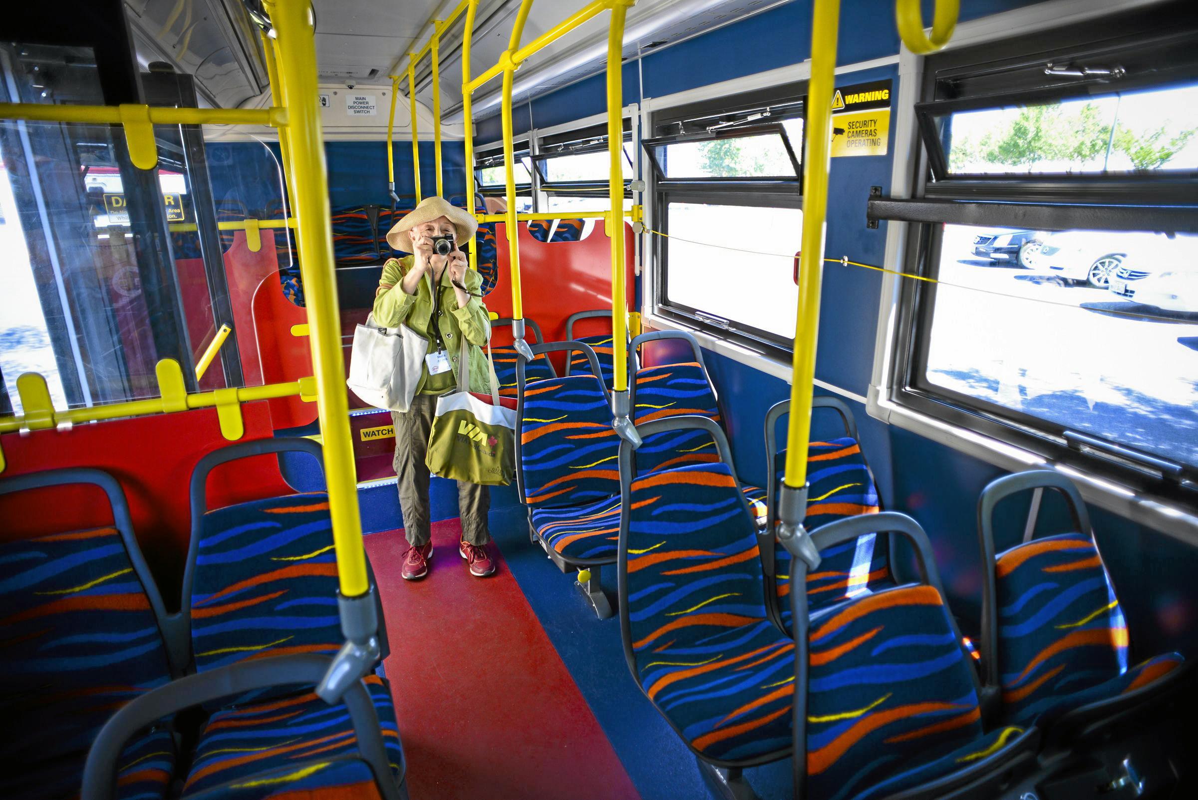 Mulher dentro de um ônibus (© AP Images)