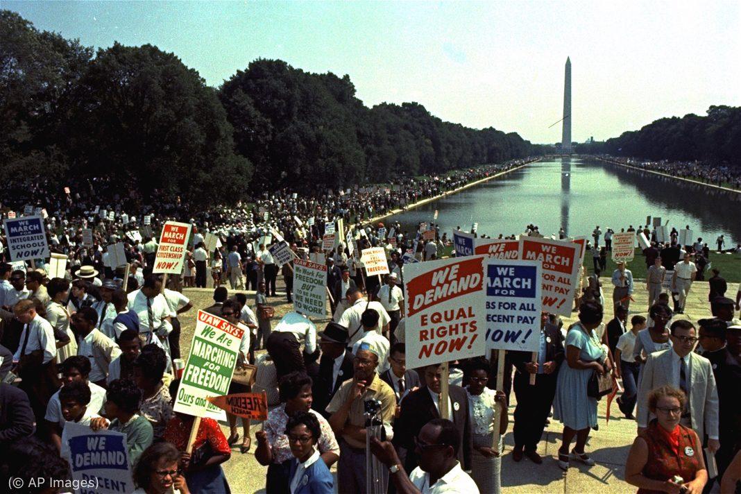 Des manifestants sur le National Mall, l'esplanade de Washington (© AP Images)