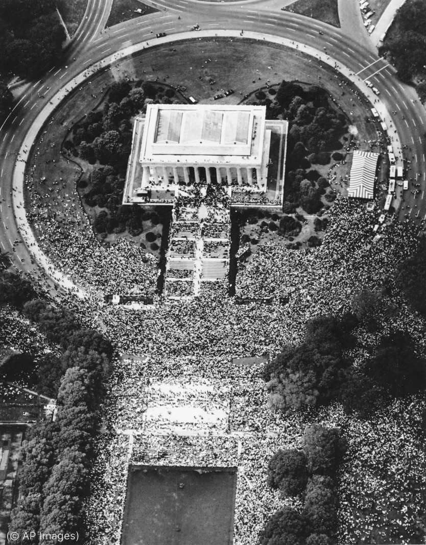 Aerial view of the Lincoln Memorial with large crowd around it (© AP Images)