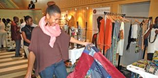Une femme admire un patchwork exposé lors d'un salon commercial (Département d'État)