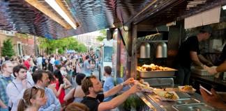 Un grupo de personas compra alimentos en un camión de comidas (Visit Philadelphia)