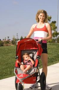 زن جوانی که کودکی را در داخل کالسکه بچه به جلو می راند (اهدایی لیسا دراکسمن)